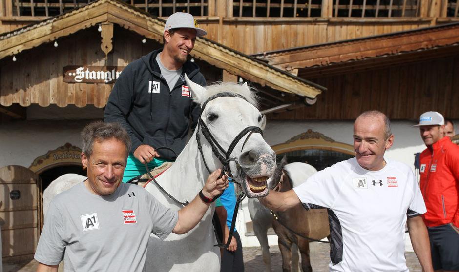 """Neo-Abfahrtstrainer Sepp Brunner (l.), Herren-Chef-Coach Andreas Puelacher und """"Rennpferd"""" Max Franz beim Stanglwirt in Going."""