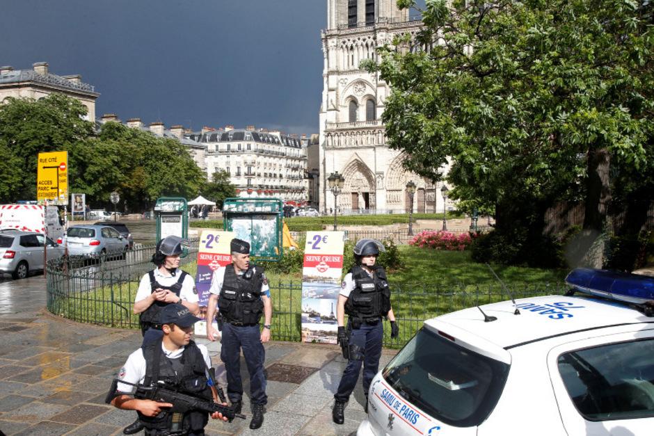 Polizisten vor der Kathedrale.