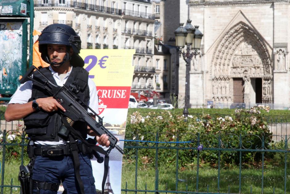 Ein Polizist bewacht Notre Dame.