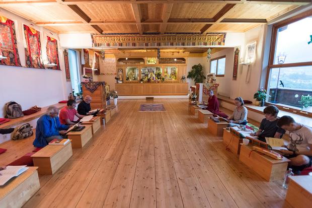 Die Buddhisten lesen und meditieren gemeinsam.