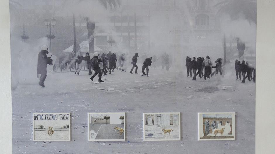 Im artdepot: collagierte Wandtapete von Christine S. Prantauer mit dem Athener Demonstrationshund Loukanikos als Hauptdarsteller (ganzes Bild siehe Text).