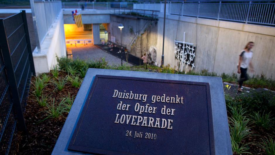 Eine Gedenkstätte erinnert in Duisburg an die Tragödie.