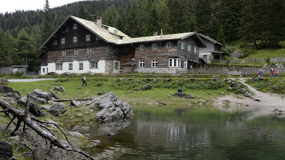 Das baufällige Gasthaus am Obernberger See soll durch ein neues samt eingegrabenen Wohntanks ersetzt werden.