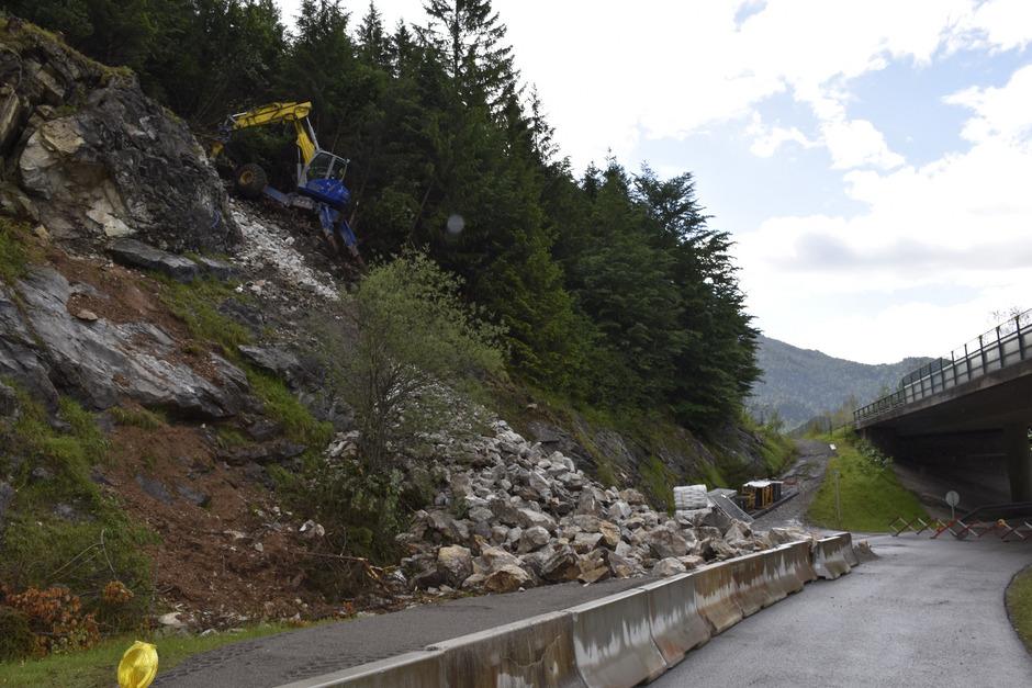 Immer mehr Gestein sammelt sich unterhalb des Felsabbruches. Bis zu 500 m³ werden abgeräumt.