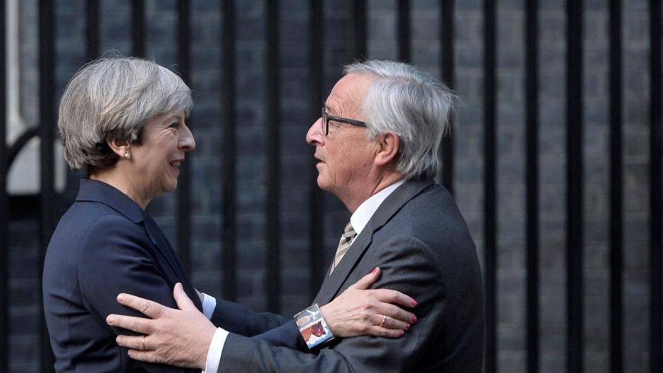 Theresa May und Jean-Claude Juncker trafen sich Ende April noch zu einigermaßen freundlichen Gesprächen in der Downing Street 10. Mittlerweile ist die Stimmung zwischen London und Brüssel vergiftet.