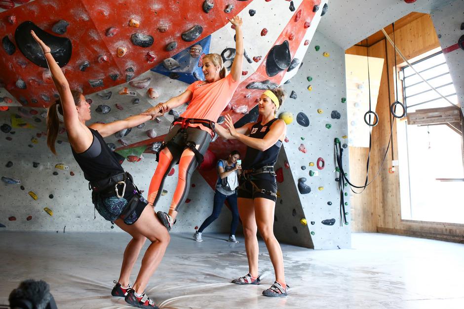 Beim Klettertraining in der Wörgler Halle packte Eva-Maria Brem (M.) mit Ricarda Haaser (l.) und Elisabeth Kappaurer gemeinsam an - ansonsten geht die Münsterin derzeit allein ihrer Wege.
