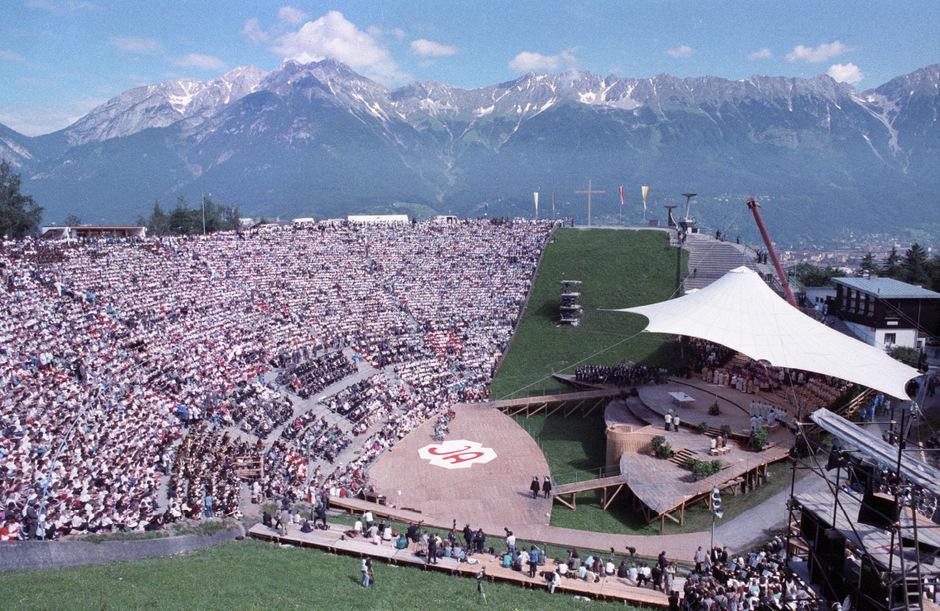 Diese Bilder zeigen das Innsbrucker Bergisel-Stadion prall gefüllt anlässlich des Besuches von Papst Johannes Paul II. Eine Schülerin einer katholischen Privatschule hat daran nicht die besten Erinnerungen.