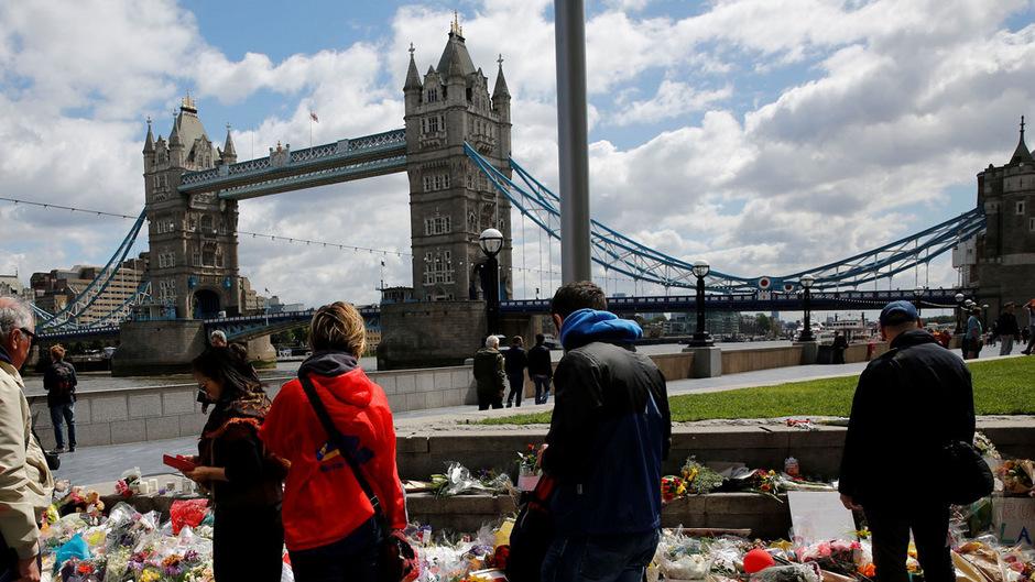 Viele Menschen legen in Gedenken an die Opfer Blumen und Briefe nahe der London Bridge nieder.