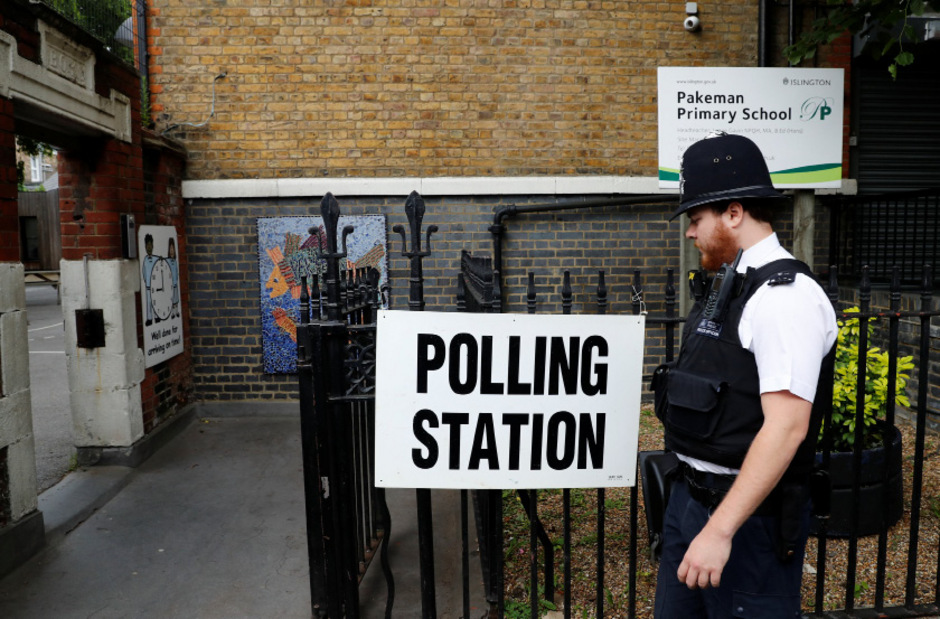 Ein britischer Polizist vor einem Wahllokal in London.
