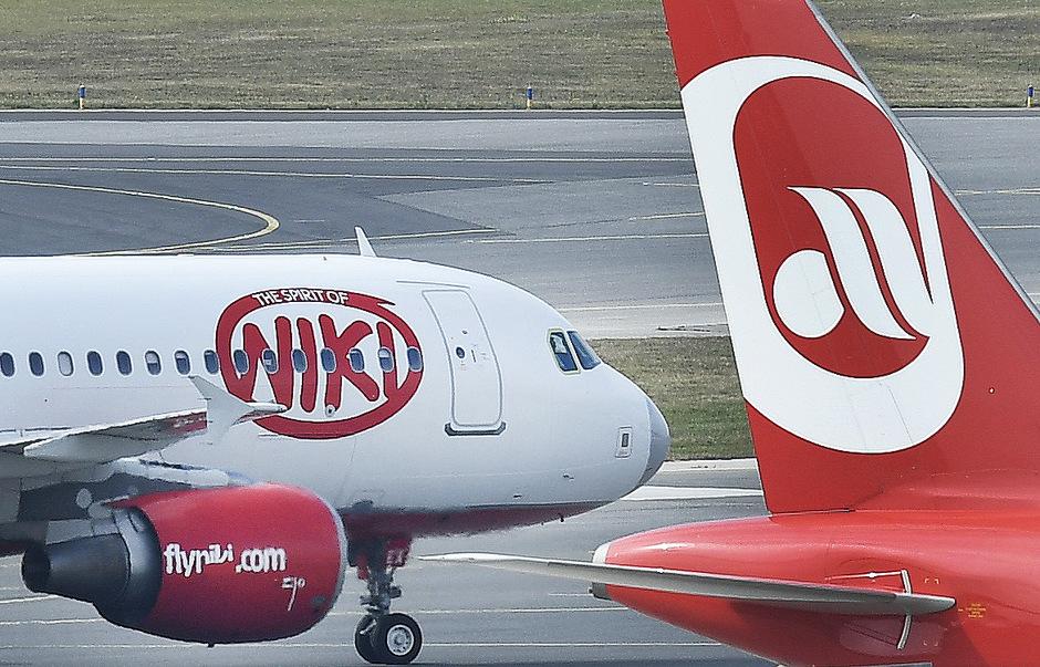 Eine Niki-Maschine und ein Flugzeug der Air Berlin am Flughafen Wien-Schwechat.