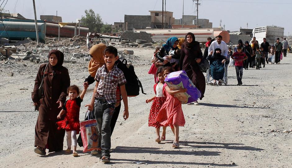 Zivilisten flüchten vor Gefechten zwischen IS und Armee in Mosul.