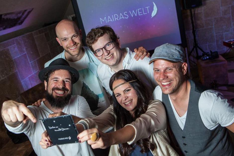 """Von vorne im Uhrzeigersinn: Maira Wagner (Gesang), Andi Senn (Schlagzeug), Sebi Hödl (Bass), Clemens Sainitzer (Cello) und Chris Vano (Piano) sind """"Mairas Welt""""."""