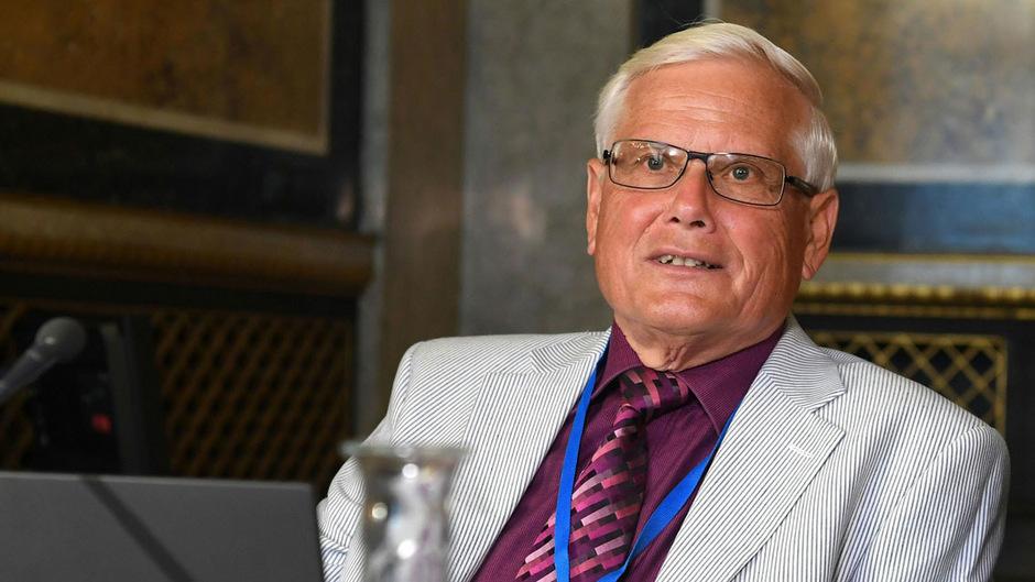 Erwin Jeloschek, der ehemaligen Leiter der Task Force Luftraumüberwachung, wurde am Ende der Sitzung auch noch nicht medienöffentlich befragt.