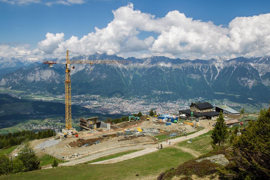 Bauarbeiten für die neue Bergstation der Patscherkofelbahn. Der Alpenverein fürchtete um die Aussicht seines Schutzhauses Richtung Stubaital.