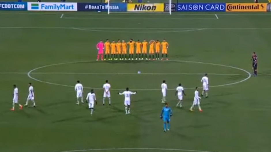 Während die australische Nationalmannschaft (mit den gelben Trikots) für eine Schweigeminute am Mittelkreis Aufstellung nahm, standen die Spieler von Saudi-Arabien ganz normal im Feld herum.