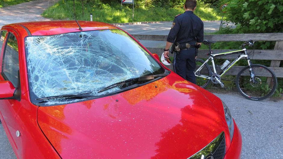 Die zersprungene Scheibe des Autos zeigt die Wucht des Aufpralls.