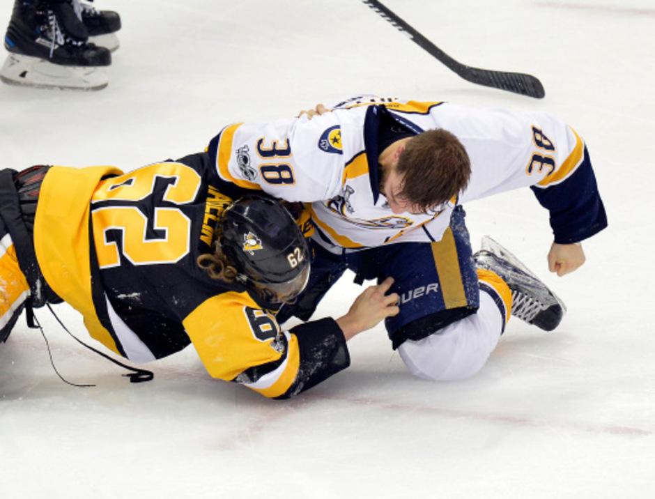 Nashvilles Viktor Arvidsson ließ die Fäuste sprechen. Frustabbau nach der 0:6-Niederlage gegen die Penguins.