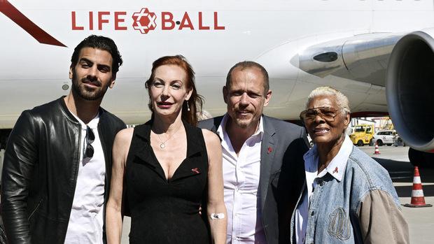 Grammy-Gewinnerin Dionne Warwick (li.) war eine der ersten, die – mit galanter Unterstützung von Keszler (2. v. li.) – bei strahlendem Sonnenschein dem Flugzeug entstieg. Außerdem im Bild: Model Nyle DiMarco und Sängerin Ute Lemper.