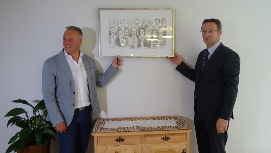 BM Stefan Weirather und Heimleiter Edgar Tangl mit dem extra gemalten Bild des Gemeinderates von 2010 bis 2016.