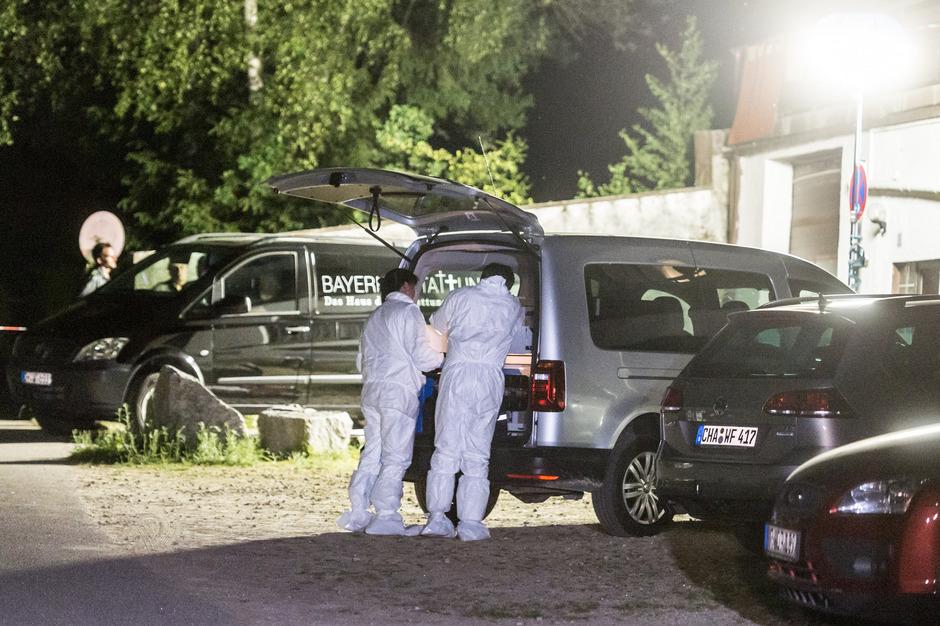 Polizisten der Spurensicherung untersuchen das Gelände der Asylunterkunft im beschaulichen Arnschwang.