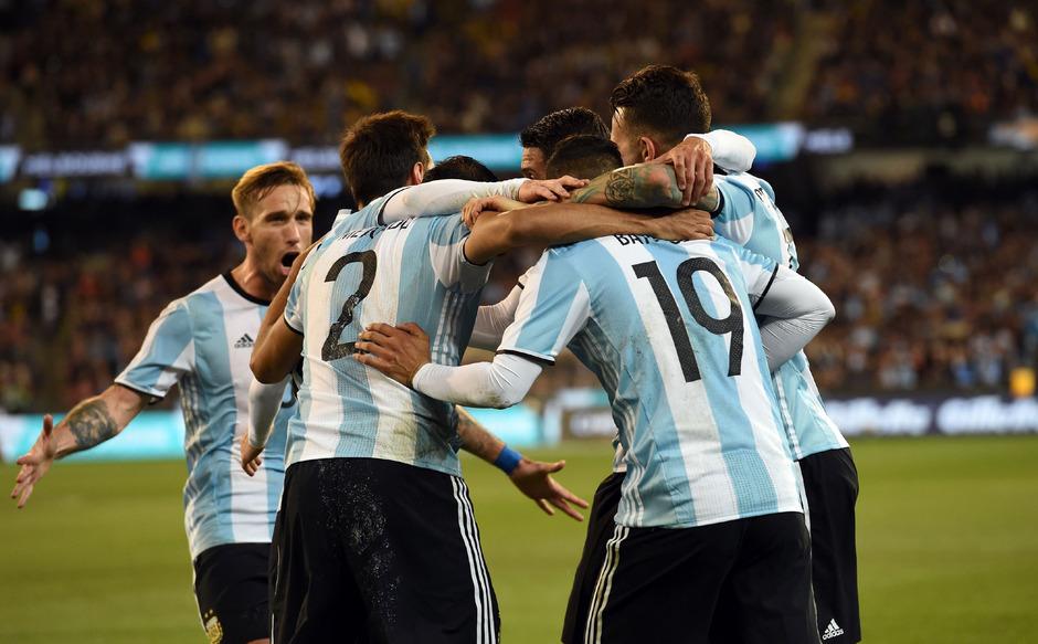 Die Argentinier nahmen Torschütze Gabriel Mercado in ihre Mitte.