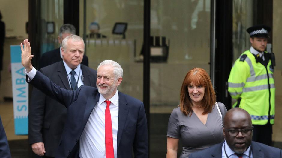 Labour-Chef Jeremy Corbyn fügte Premierministerin May entgegen allen Erwartungen eine schwere Niederlage zu. Er konnte vor allem bei jungen Wählern punkten.