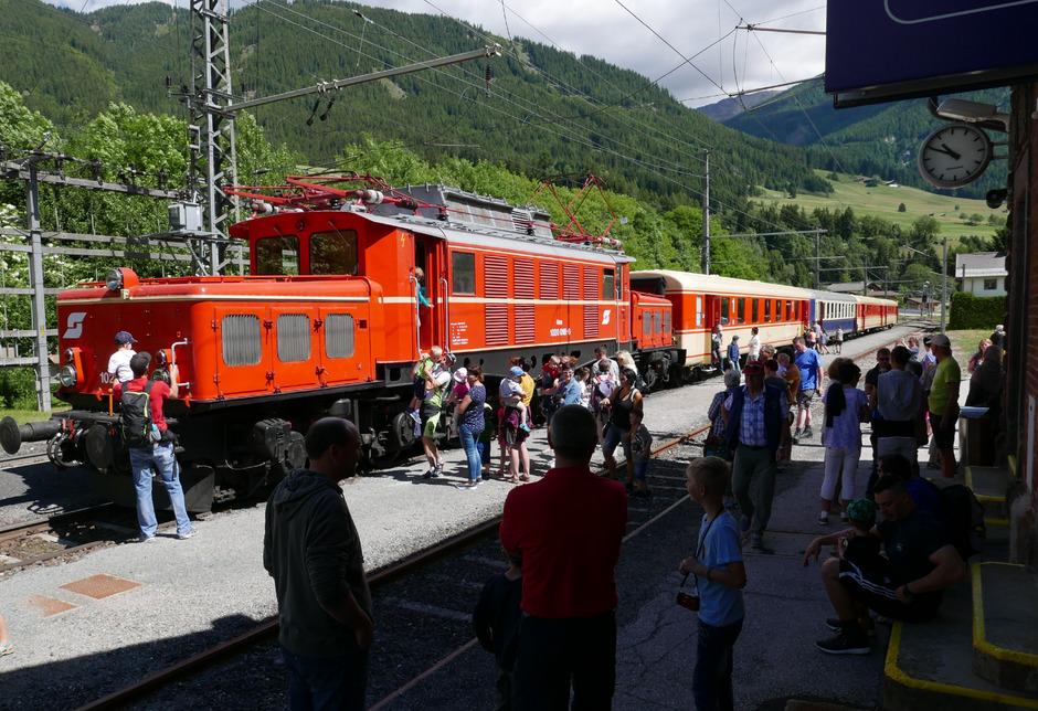 Den Aufenthalt des Sonderzuges in Abfaltersbach nutzten viele zur Besichtigung.