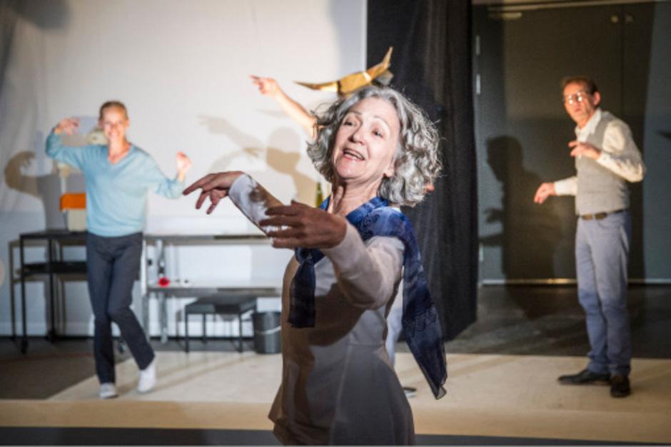 """Welttheater in der Werkstatt: Marion Fuhs, Eleonore Bürcher und Andreas Wobig in """"Die Schutzbefohlenen""""."""