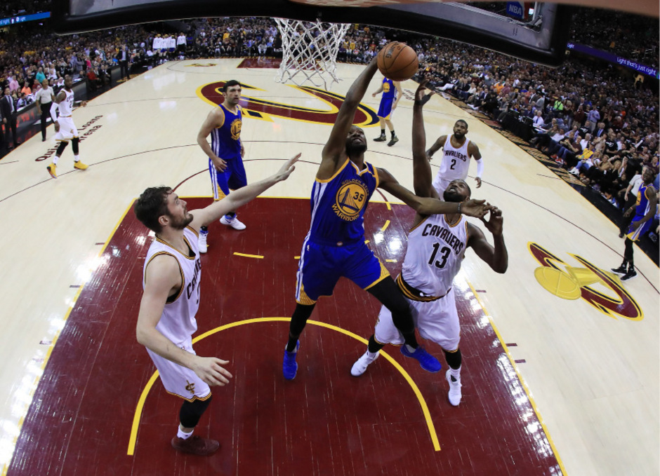 Golden-State-Warriors-Spieler Kevin Durant (35) greift zwischen  den Spieler der Cavaliers,  Tristan Thompson (13) und Kevin Love (0) nach dem Ball.