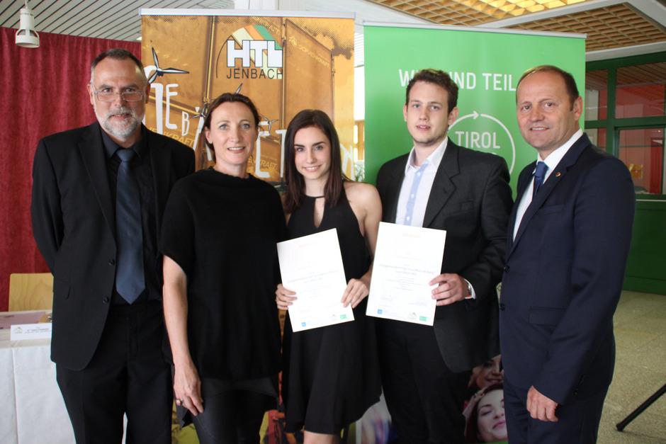 Direktor Markus Hörhager, Sigrid Thomaser (Energie Tirol) und die Maturanten Sara Schlierenzauer (Schwaz) und Florian Hacksteiner (Zell am See) bei der Zeugnisübergabe mit LHStv. Josef Geisler (von links).