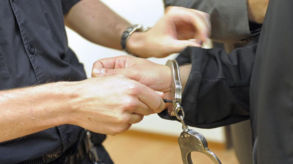 Handschellen und U-Haft oder Freiheit: Polizei und Haftrichter waren sich zuletzt nicht immer einig.