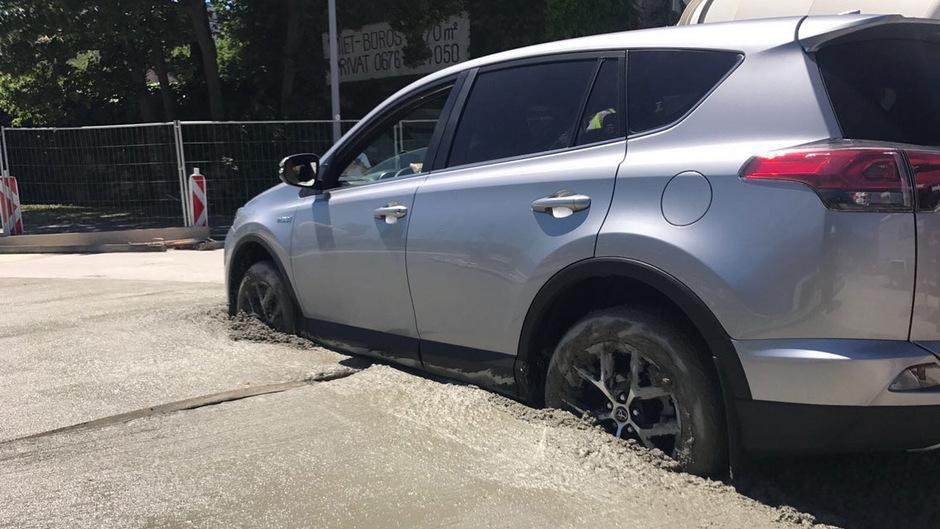 Noch vor der Beton ausgehärtet war, wurde der Wagen geborgen.