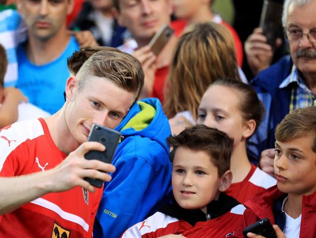 Selfies mit ÖFB-Teamspieler Florian Kainz sind heiß begehrt. Der Offensiv-Allrounder wäre auch ein Kandidat für die Startelf.