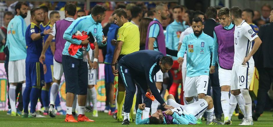 Griechenlands Stürmer Giannis Gianniotas verlor bei einem Faustschlag zwei Zähne.