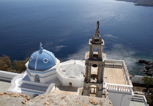Die Häuser der Insel sind blau-weiß angestrichen, was wunderbar zur Farbe des Meeres passt.