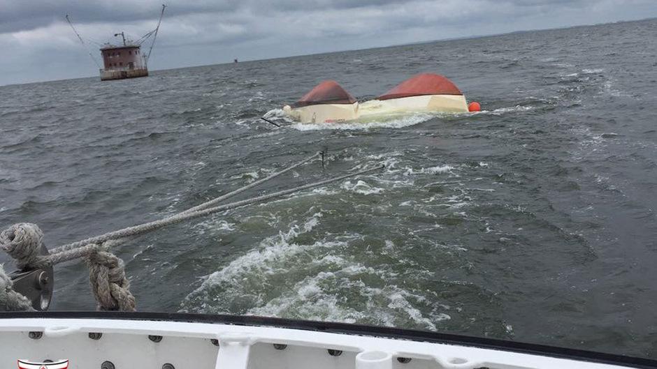Der gekenterte Katamaran im Schlepp des Seenotrettungsbootes HEINZ ORTH.