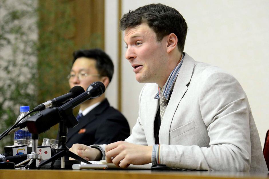 Unter Tränen gestand Warmbier bei einer Pressekonferenz in Nordkorea, ein Plakat entwendet zu haben.