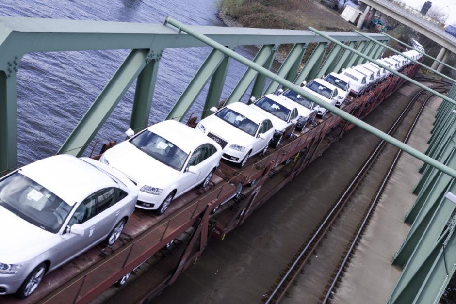 Zum Export vorgesehene Neuwagen auf einem Autotransportzug im Hafen von Hamburg. (Symbolfoto)