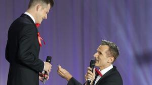 Heiratsantrag vor Publikum. Ein homosexuelles Paar nützte die diesjährige Eröffnung des Life Balls vor dem Rathaus in Wien zu einem öffentlichkeitswirksamen Auftritt.