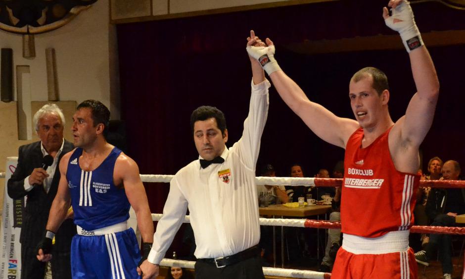 Der Zillertaler Franz-Josef Dengg (rot) will am Freitag bei der 15. Boxnacht bei Bauwaren Mayr in Wörgl als Sieger den Ring verlassen.