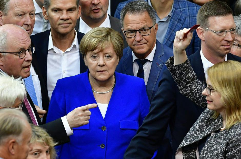 Kanzlerin Merkel unter den  Bundestagsabgeordneten bei der Stimmabgabe. Bei der Abstimmung bestand kein Fraktionszwang.