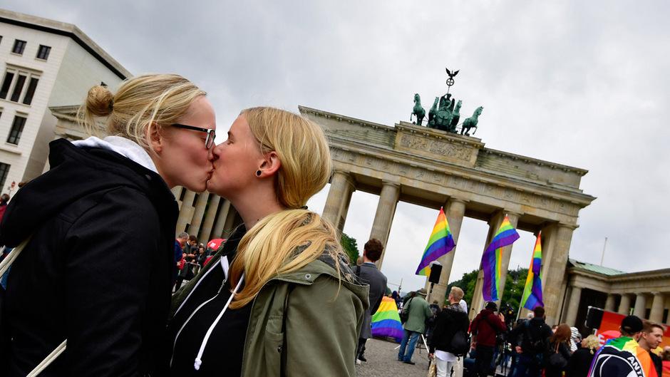 """Vor dem Brandenburger Tor in Berlin gab es Jubelfeiern und Kundgebungen zur Unterstützung der """"Ehe für alle""""."""