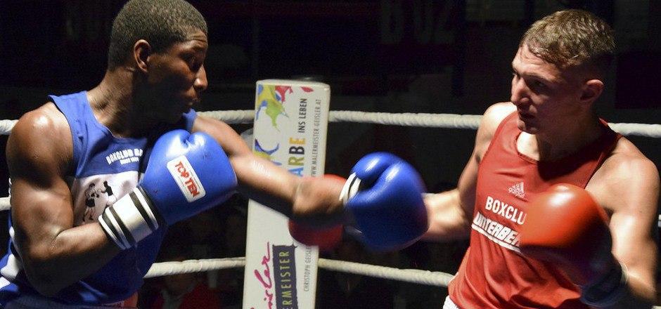 Österreichs EM-Teilnehmer Marcel Rumpler (rot) und Neves Celso zeigten bei der Boxnacht in Wörgl den besten Kampf.