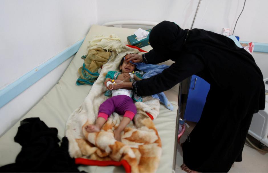Eine Mutter kümmert sich um ihr mit Cholera infiziertes Kind.
