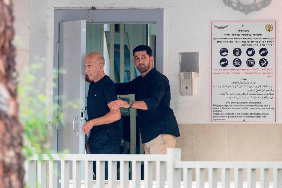 Ehud Olmert bei seiner Entlassung.
