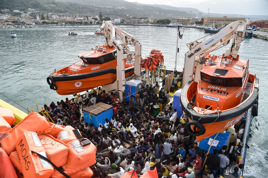 Im Mittelmeer gerettete Flüchtlinge auf einem Schiff der Hilfsorganisation MOAS in einem süditalienischen Hafen. (Archivfoto)