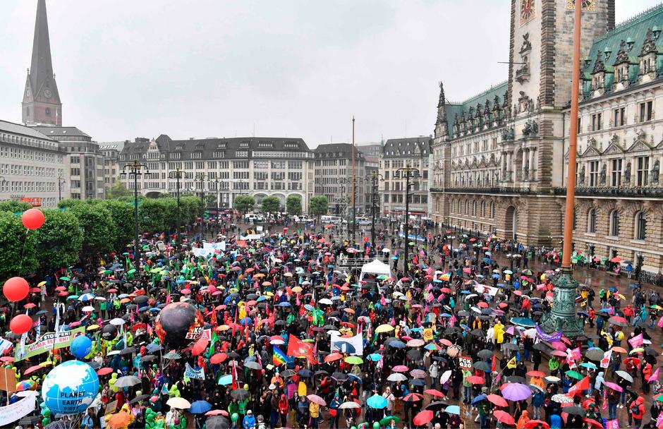 Nach Polizeiangaben kamen etwa 10.000 Demonstranten zusammen.
