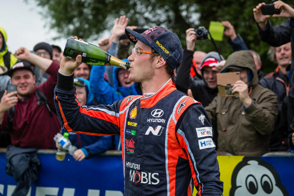 Thierry Neuville gönnte sich auf den Sieg einen Schluck aus der Champagner-Flasche.