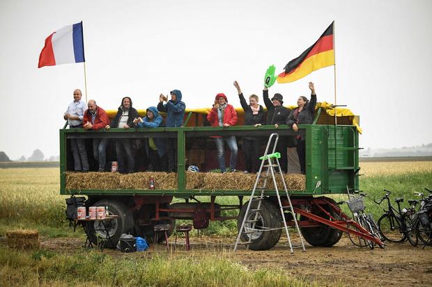 Die zahlreichen Fans am Streckenrand ließen sich von den widrigen Wetter-Bedingungen nicht in ihrer Feierlaune bremsen.