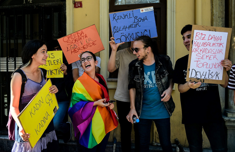 Die türkischen Behörden hatten bereits die Istanbuler Gay-Pride-Parade vor einer Woche verboten. Dennoch versammelten sich auf dem Taksim-Platz am vergangenen Sonntag rund 40 Aktivisten.